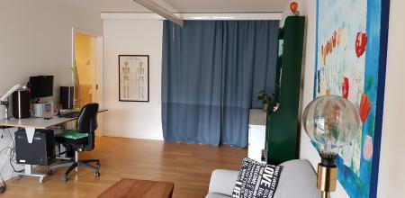 The living room with a hoist and a height-adjustable desk.